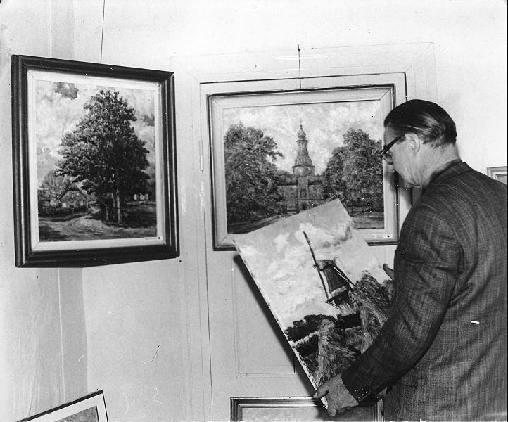Der Maler Arthur Eden-Sillenstede bei den Vorbereitungen für die Ausstellung im Schlossmuseum Jever (Eulenturm) im November 1965